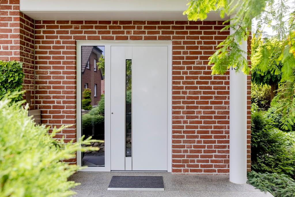Weiße Haustür mit Glas-Seitenteil in Gütersloh