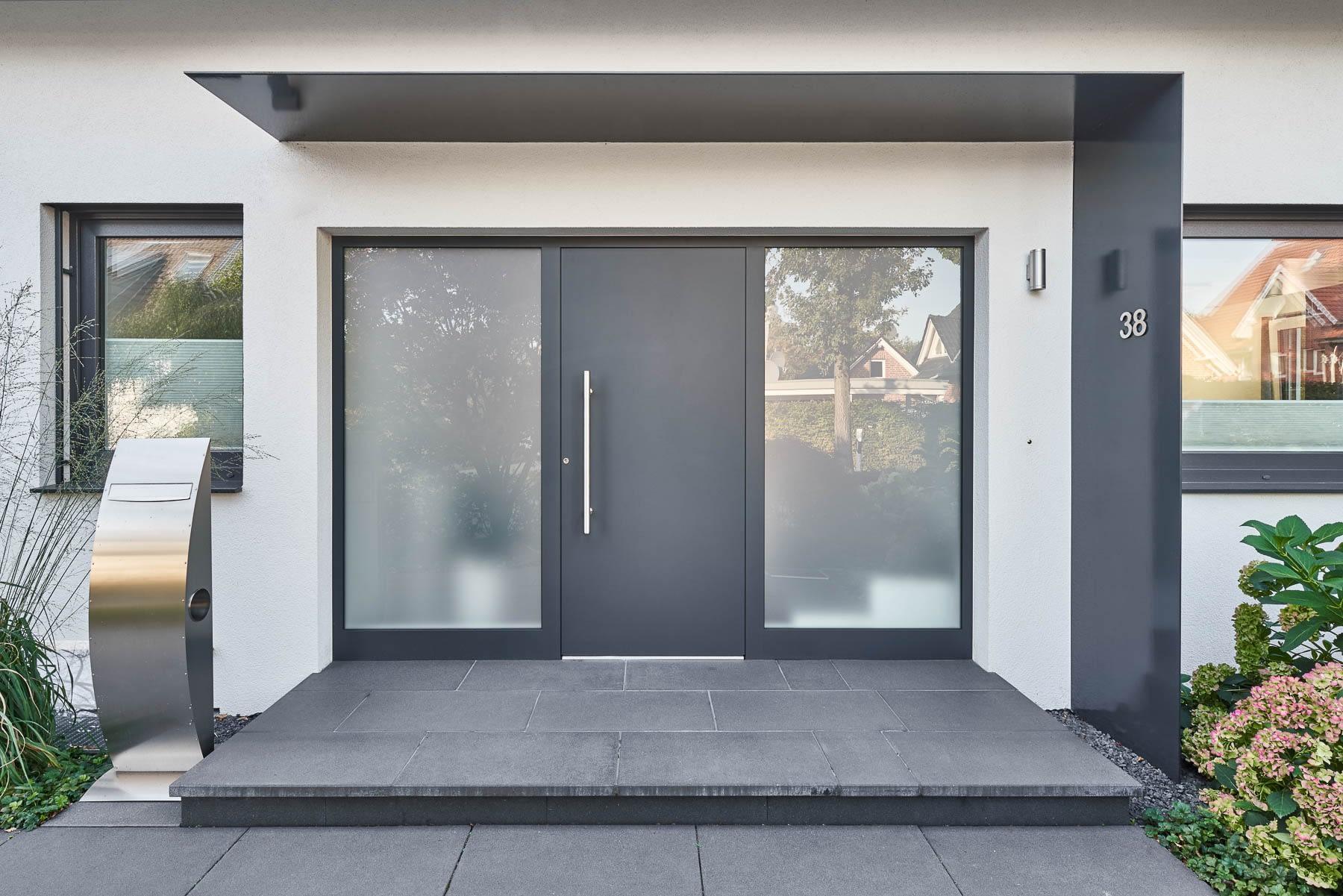 Aluminium Haustür in Anthrazit mit großen Glas-Seitenteilen